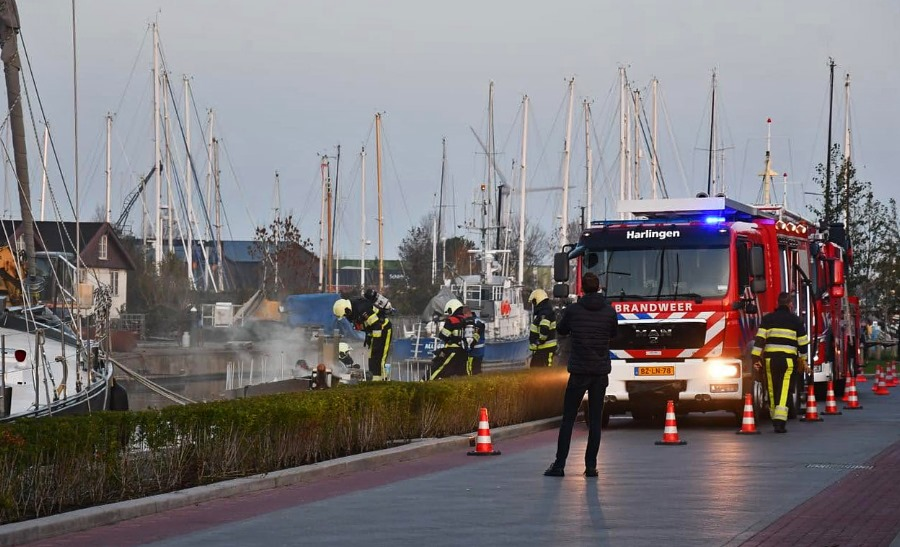 Zeiljacht in brand Harlingen